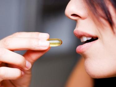takingvitamin_istock6824683_540x405 Какие необходимы витамины для женского здоровья