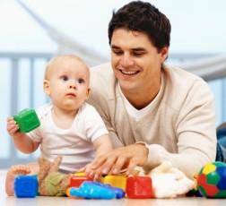 dad-playing-with-baby-photo-225-g-stk202126rke Участие отца в воспитании детей с пелёнок