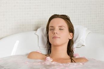 woman-relaxing-in-tub Лечение нейродермита чистотелом и настойка от боли в суставах