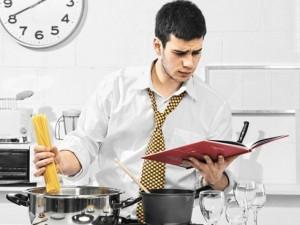 ddfe00fc2c906c39801360f6ab4a4267-300x225 Мужчина готовит на кухне