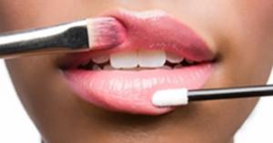 blesk-dlya-gub-300x157 Как увеличить губы с помощью макияжа